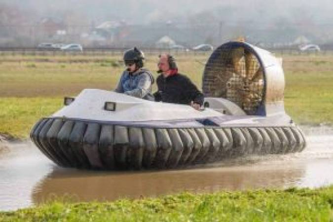 Hovercraft experience for beginners based in Cheshire Image 4