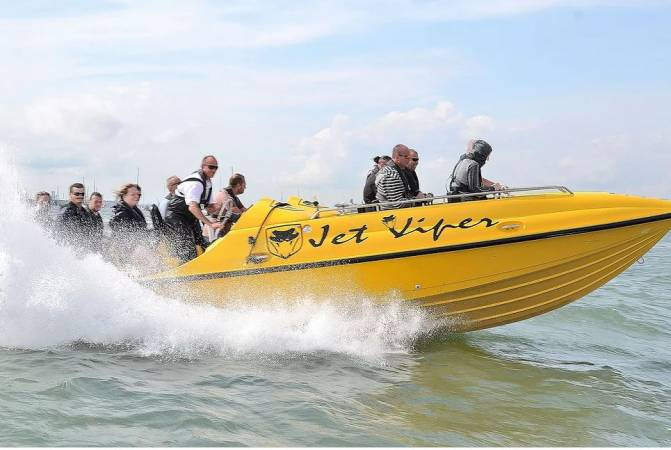 Powerboat Day Out Watersport Experience in Southampton 18yrs+ Image 5